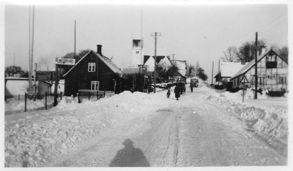 Foto af Karrebæk Kirke og Mølle, sandsynligvis omkring 1950